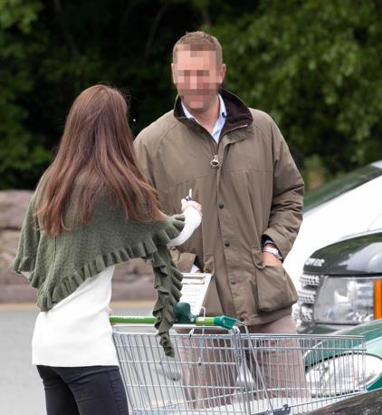 Kate Middleton all'ingresso di un supermercato di Anglesey, immortalata mentre fa la spesa, a una settimana dal matrimonio. Impegni di routine per i neosposi sull'isola del Galles (Photomasi)