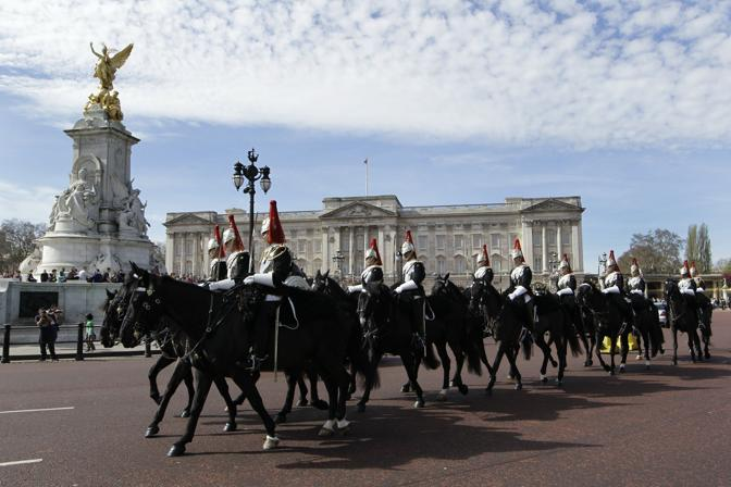 Un drappello della Household Cavalry, corpo militare nato a met� del 1600 come guardia personale della regina. E' formato da due reggimenti, Life Guards e Blues and Royals
