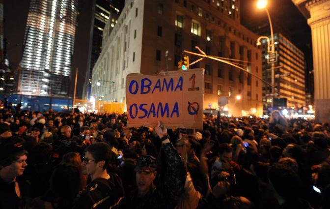 Davanti alla Casa Bianca a Washington,  a Times Square a New York, una folla via via sempre più grande ha festeggiato la notizia scandendo «U-S-A» e sventolando bandiere americane (Epa)
