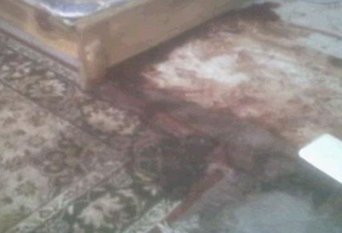 Macchie di sangue ai piedi del letto