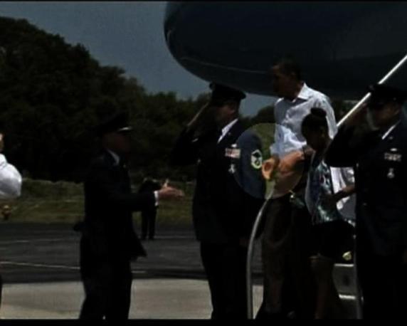 Obama consegna un bigliettino al generale dell'Aviazione Ed Wilson, e ne riceve un altro  dallo stesso ufficiale