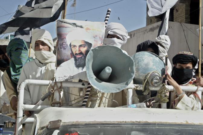 Un migliaio di persone è sceso in strada a Quetta, nel sud-ovest del Pakistan alla frontiera con l'Afghanistan, per commemorare Osama Bin Laden a poche ore dalla sua uccisione (Epa)