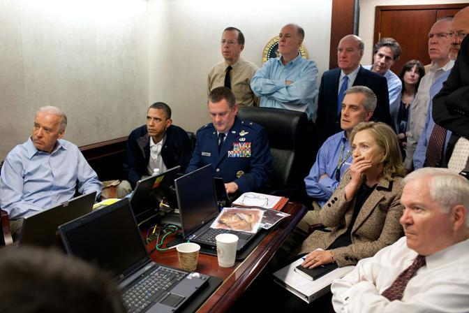 Da sinistra, il vicepresidente Usa Joe Biden, il presidente Barack Obama e il segretario di Stato Hillary Clinton (seconda da destra) la sera dell'1 maggio durante l'operazione di Abbottabad (Reuters/Souza)