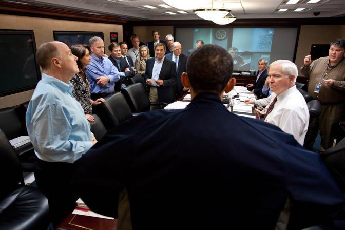 Barack Obama, di spalle, a colloquio con i membri della sicurezza nazionale nella Situation Room della Casa Bianca (Reuters/Souza)