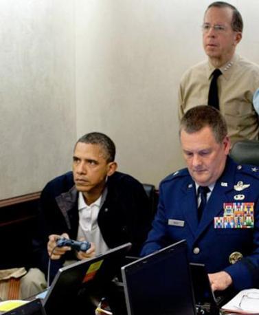 Respiri sospesi. Sguardi tesi. La foto con Obama attonito e Hillary Clinton con la mano davanti alla bocca mentre nella «Situation room» guardano le immagini del blitz in cui viene ucciso bin Laden ha fatto il giro del mondo. É' stata vista da 1,9 milioni di volte su Flickr. Un'icona che è diventata visione collettiva. Tanto da poter contare già i suoi epigoni. O elaborazioni satiriche come si può vedere da questa galleria di immagini raccolta da Wired.com