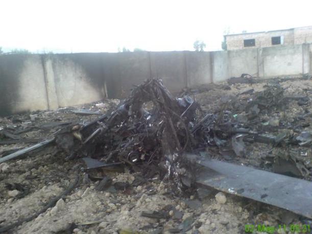 Rottami sul terreno del compound dopo l'incursione americana  del 2 maggio (Reuters)