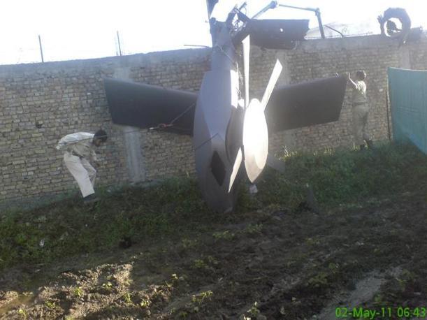 Un pezzo dell'elicottero Usa danneggiato nell'azione del 2 maggio e abbandonato dagli incursori (Reuters)