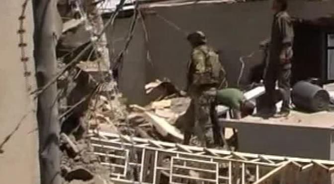 I militari soccorrono i soldati feriti nell'attentato alla base italiana di Herat (Ansa\SKY TG24)