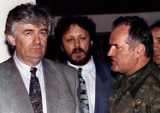 Ratko Mladic, il criminale di guerra è stato arrestato in Serbia dopo una lunga latitanza. Nella foto Reuters, Mladic (a destra) con Radovan Karadzic nel 1993 a Pale