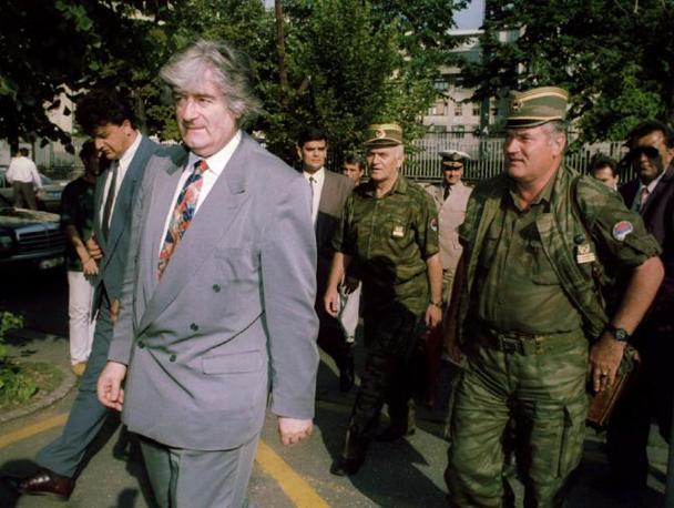 Mladic con Radovan Karadzic, all'epoca presidente della repubblica serba di Bosnia Erzegovina (Reuters)