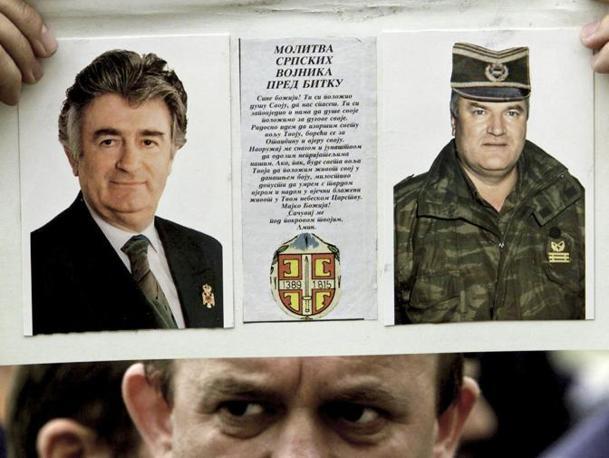 Karadzic e Mladic in un manifesto, entrambi sono stati accusati di genocigio per il massacro della popolazione musulmana di Sarajevo e Srebrenica (Reuters)