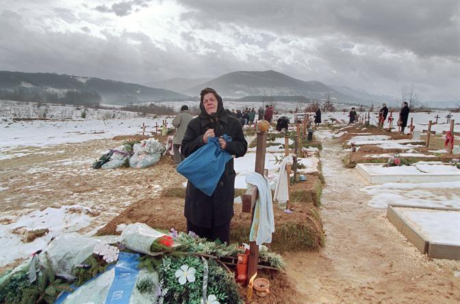 Dicembre 1995. Il cimitero di Serajevo e le lacrime della popolazione (Afp)