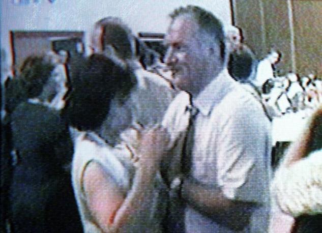Le immagini trasmesse nel giugno 2009 dalla tv bosniaca FTV: Mladic appare sorridente mentre balla a una festa (Epa)