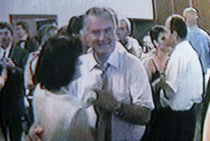 Le immagini destarono scandalo: si disse che il video era stato girato in Serbia, mentre l'ex generale era latitante (Epa)