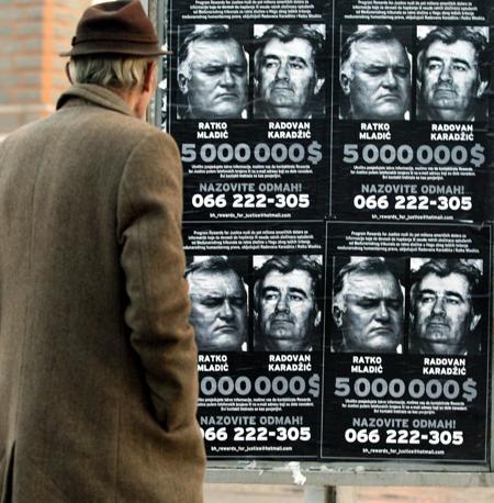 I manifesti con la taglia per la cattura di Mladic e Karadzic (Ansa)