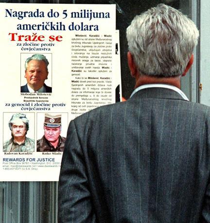 La taglia su Slobodan Milosevic, Radovan Karadzic e Ratko Mladic (Epa)