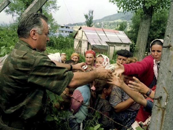 Mladic in un campo di sfollati musulmani (Reuters)