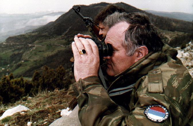 Mladic sulle alture di Gorazde nell'aprile del 1994 (Reuters)