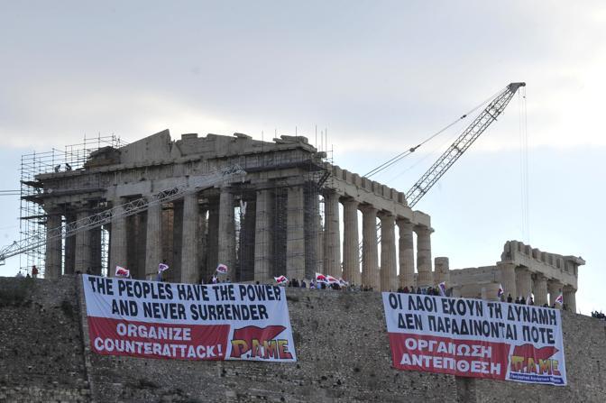 Sull'Acropoli il mega striscione dei sindacalisti del Pame sul Partenone contro il piano di austerity del governo, con la scritta «The peoples have the power» (Ap)