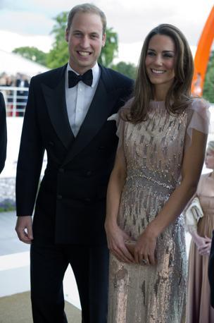 Il duca e la duchessa di Cambridge hanno fatto il loro debutto per un impegno pubblico, il primo dopo le nozze, come ospiti d'onore a una sontuosa cena di gala in beneficenza (Afp)