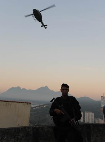 Nuova operazione di esercito e polizia brasiliani, a Rio de Janeiro: sono entrati nella favela Morro da Mangueira, nella zona nord della città, per liberarla dal controllo dei narcotrafficanti (Afp/Almeida)