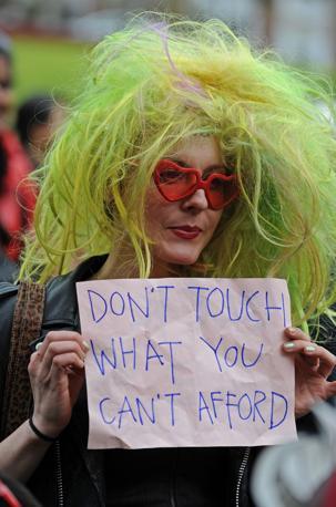 Dopo Usa e Canada La «Marcia delle zoccole» è approdata in Europa, in Australia e in America Centrale.  Centinaia di donne in minigonna e scarpe con tacchi vertiginosi hanno sfilato per le strade per protestare contro chi dà la colpa alle vittime di violenze sessuali per indossare vestiti troppo succinti. Le SlutWalk (marce delle zoccole) erano iniziate ad aprile scorso a Toronto dopo che un ufficiale della polizia aveva dichiarato che le donne dovrebbero evitare di vestirsi come «sluts», zoccole, per non essere violentate o molestate. Le proteste si erano poi diffuse negli Stati Uniti e, durante il weekend  sono state organizzate a Città del Messico, a Matagalpa, in Nicaragua, e nella capitale dell'Honduras, Tegucigalpa. A Città del Messico donne e uomini hanno manifestato insieme portando striscioni con le scritte: «No vuol dire no» (Afp)