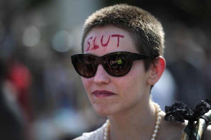 In Gran Bretagna il tema della violenza sessuale è ad alta tensione dopo la battuta del ministro della giustizia Ken Clarke secondo cui «c'è stupro e stupro»: quando chi subisce violenza conosce lo stupratore, il reato può essere derubricato a «di seconda classe» (Afp)