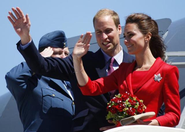 Il saluto di William e Kate alla partenza (Ap)