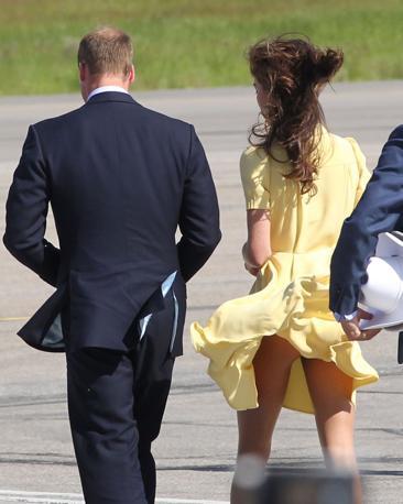 Kate Middleton con la gonna sollevata durante la recente visita in Canada con il marito William. La foto sta facendo il giro del mondo (foto Toronto Sun)