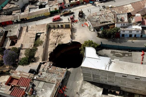 Guatemala City, una voragine nel centro della città