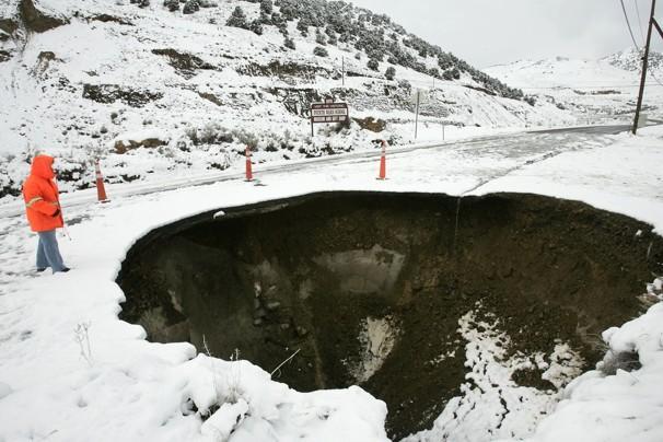Gennaio 2006, un grosso buco in una strada del Nevada.