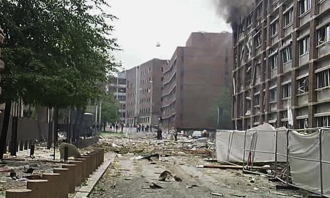Morti e feriti a Oslo per un attentato in pieno centro. L'esplosione è avvenuta vicino alla sede del governo e del premier Stoltenberg, che non si trovava nel suo ufficio e che comunque  sta bene (Ap)