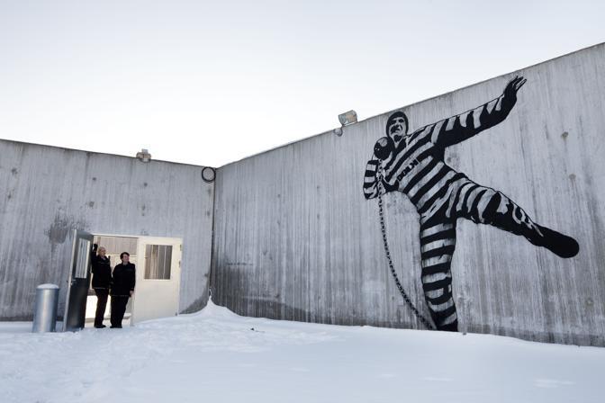 Un murales dell'artista Dolk all'interno della prigione (Olycom)