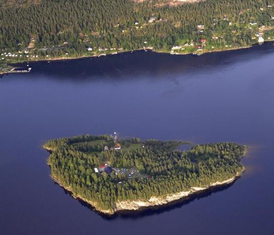 L'isola di Utoya, a 30 chilometri da Oslo, è stata teatro di una strage. Un uomo, travestito da poliziotto, ha sparato all'impazzata sui ragazzi di un campo estivo del partito laburista (Ap)
