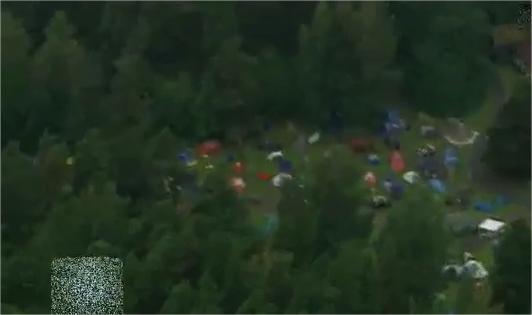 Le tende abbandonate dai ragazzi, accampati per il campo estivo (Ansa)