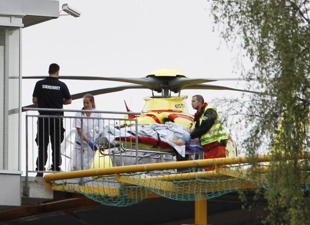 I soccorsi portano via i feriti (Ap)