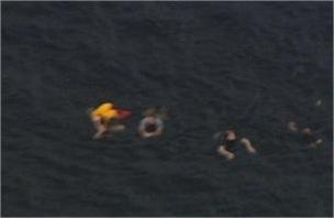 I ragazzi fuggono all'orrore di Utoya gettandosi in acqua (Ansa)