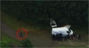 Nel cerchio il presunto assassino, travestito da poliziotto. Il fermoimmagine è tratto da un video pubblicato sul sito della tv norvegese NRK (Ansa)