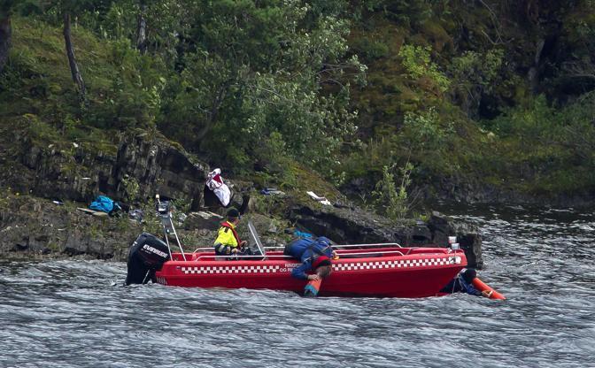 I soccorritori cercano i corpi sulle sponde rocciose dell'isola (Ap)