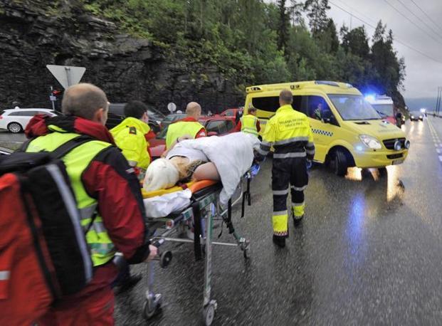 I feriti vengono portati via in barella (Epa)