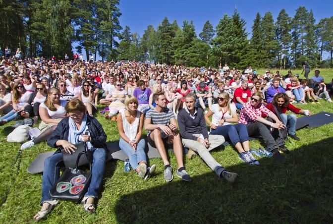 I partecipanti del campo estivo laburista ritratti in una foto scattata il giorno prima della strage (Epa)