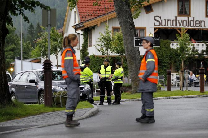 La polizia sorveglia l'hotel dove alloggiano i sopravvissuti alla strage (Epa)