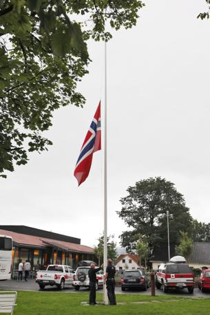Bandiera norvegese a mezz'asta, davanti all'hotel dei sopravvissuti (Epa)