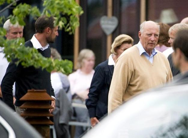 Il principe Haakon, la regina Sonja e il re Harald nei pressi dell'hotel Sunvold, dove si trovano le persone scampate alla strage (Epa)