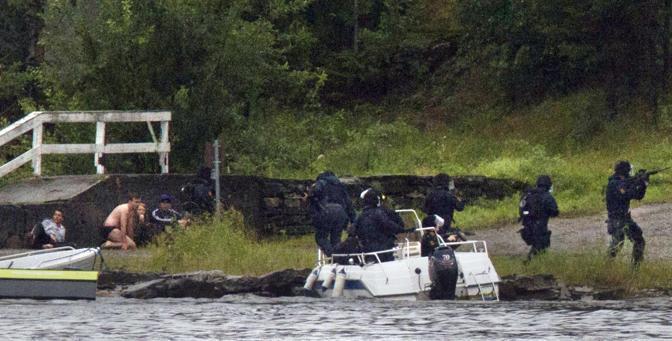 I corpi speciali perlustrano l'isola mentre i giovani scampati al massacro si nascondono sotto il pontile (Afp)