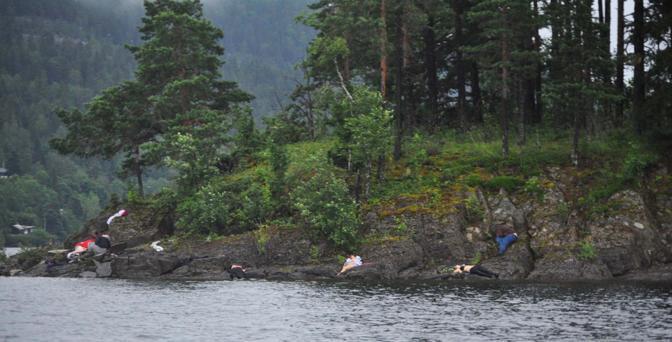 I corpi dei giovani sugli scogli dell'isola di Utoya