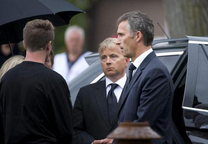 Sabato, il premier si è recato al Sunvold Hotel, dove alloggiano i sopravvissuti alla strage di Utoya. Stoltenberg, con il volto contrito e sconvolto, ha abbracciato i ragazzi scampati alla furia del killer. (Reuters)