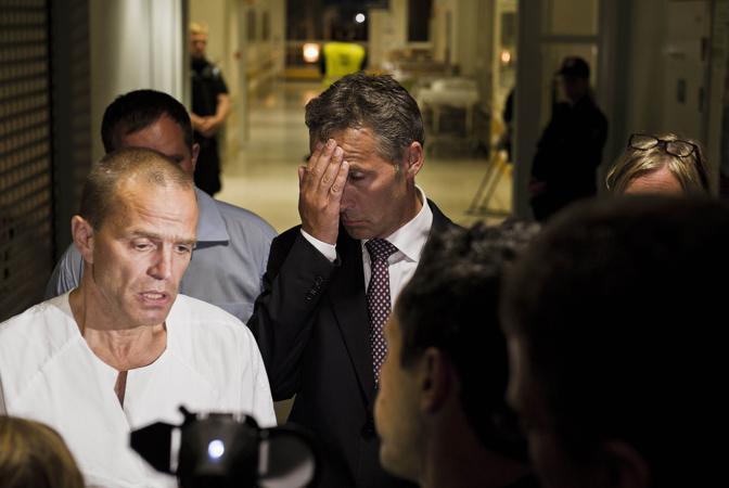 Stoltenberg in ospedale parla con i medici e i giornalisti (Afp)