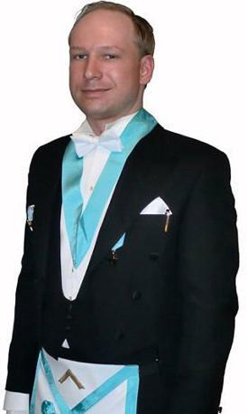 Anders Behring Breivik, il 32enne arrestato per gli attentati che hanno devastato la Norvegia, nelle foto del suo profilo Facebook: qui è in divisa da massone