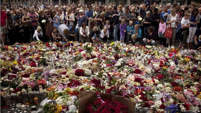 Migliaia di fiori in ricordo delle vittime di Oslo e dell'isola di Utoya